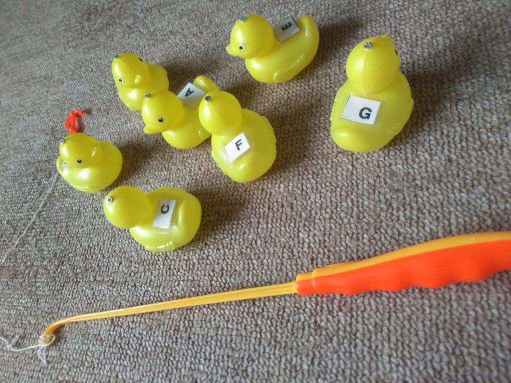 アヒル釣りの玩具です。その背中に音名をつけてます。
