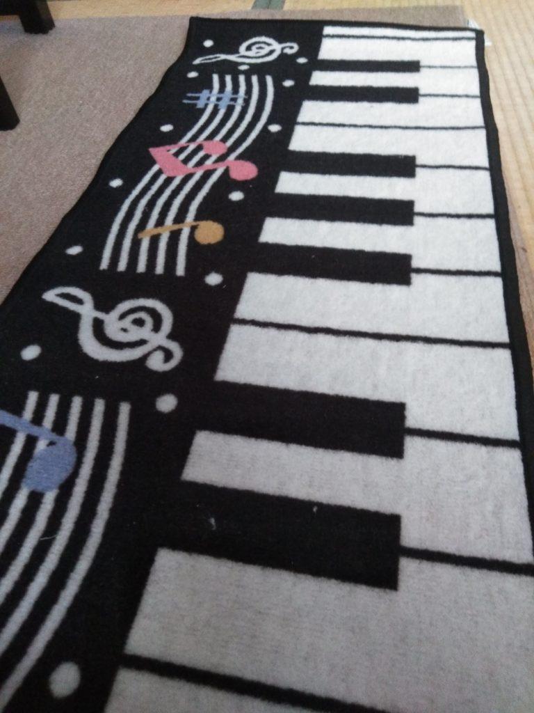 鍵盤柄のキッチンマットです。