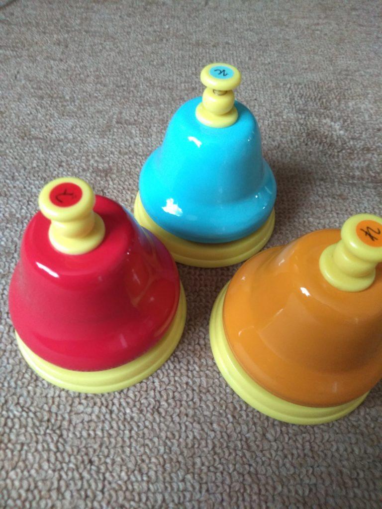 ハンドベルですが、小さい子供が鳴らしやすいように、床に置いて上からボタンを押すと音がなります。